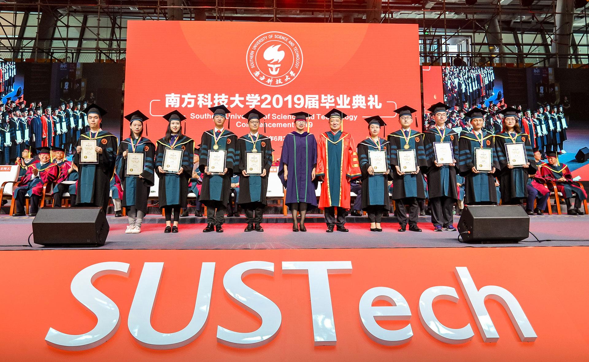 输入图片:在2019年毕业典礼上,陈十一校长与郭雨蓉书记为十佳毕业生颁发证书/南方科技大学