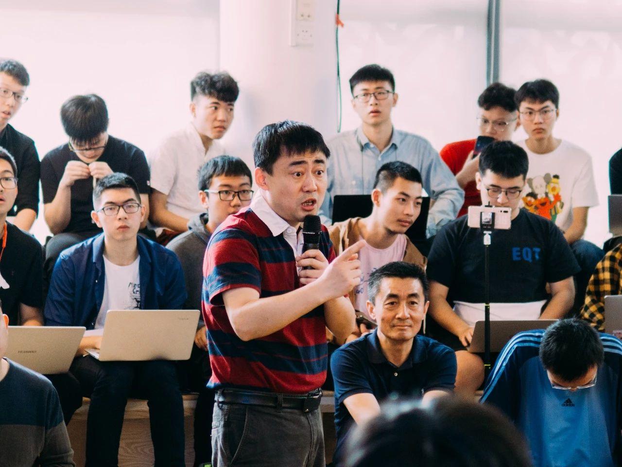 2019年4月,正于学生议事会上解答同学问题的学工部长薛铮/铮锋媒体工作室