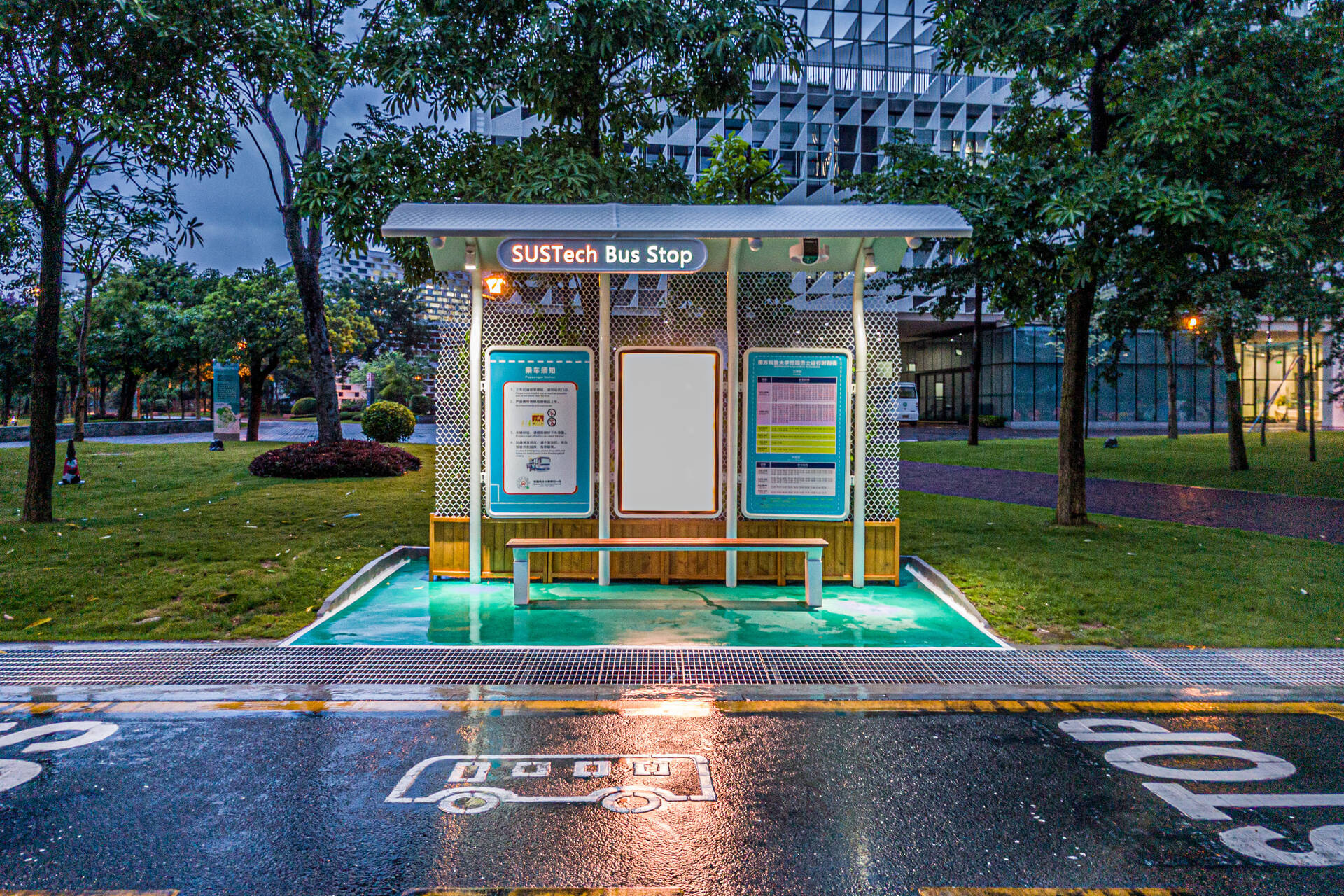 暴雨后,空无一人的校园巴士车站/NK1 Image Archive