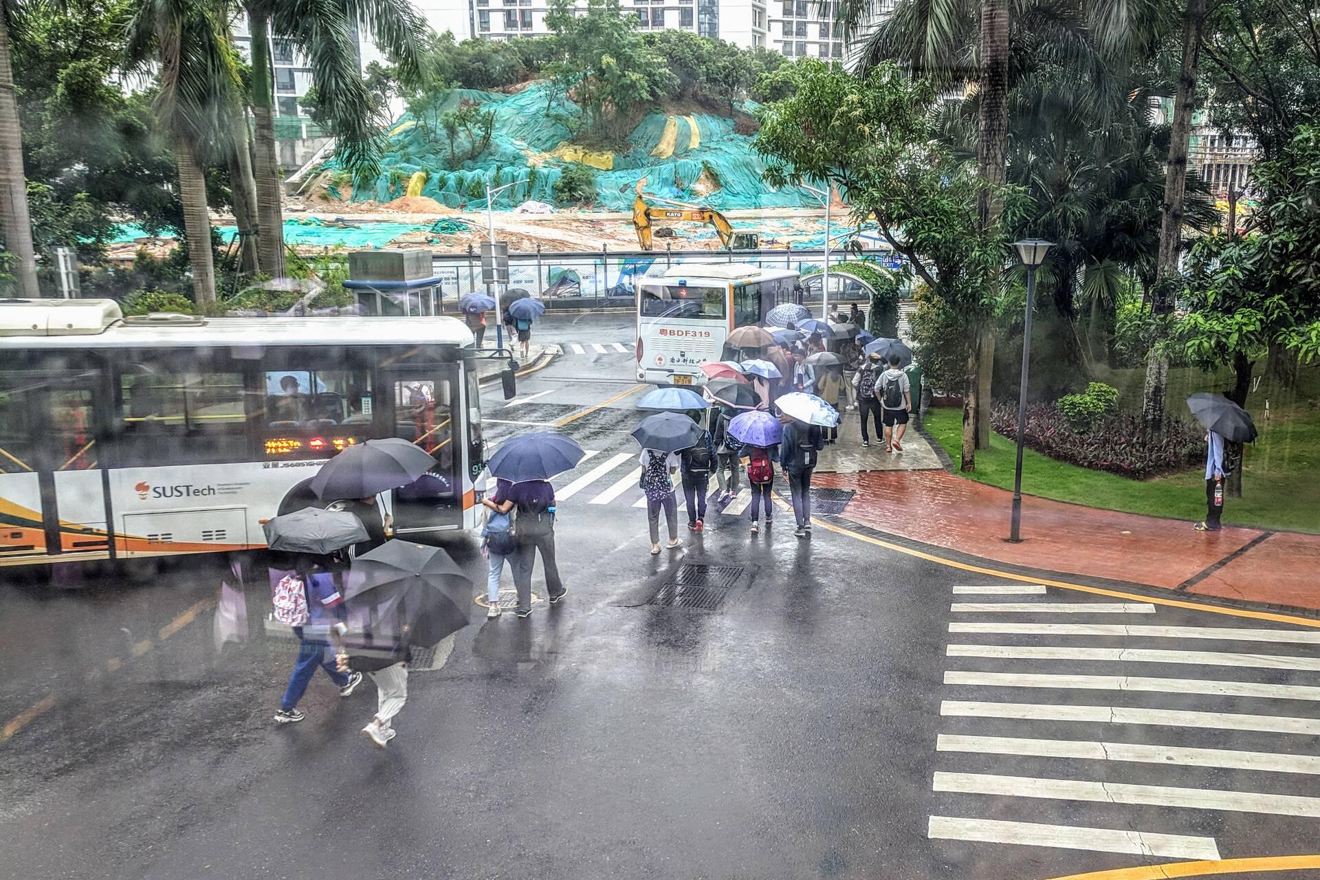 雨后,同学们正尝试挤上停靠荔园校巴站的校巴/NK1 Image Archive